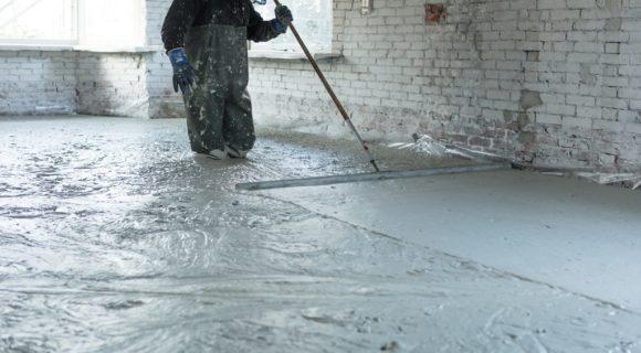 vakmensen leggen een schuimbetonvloer met vloerverwarming aan